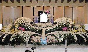 一般葬儀スタンダードプランの花祭壇イメージ